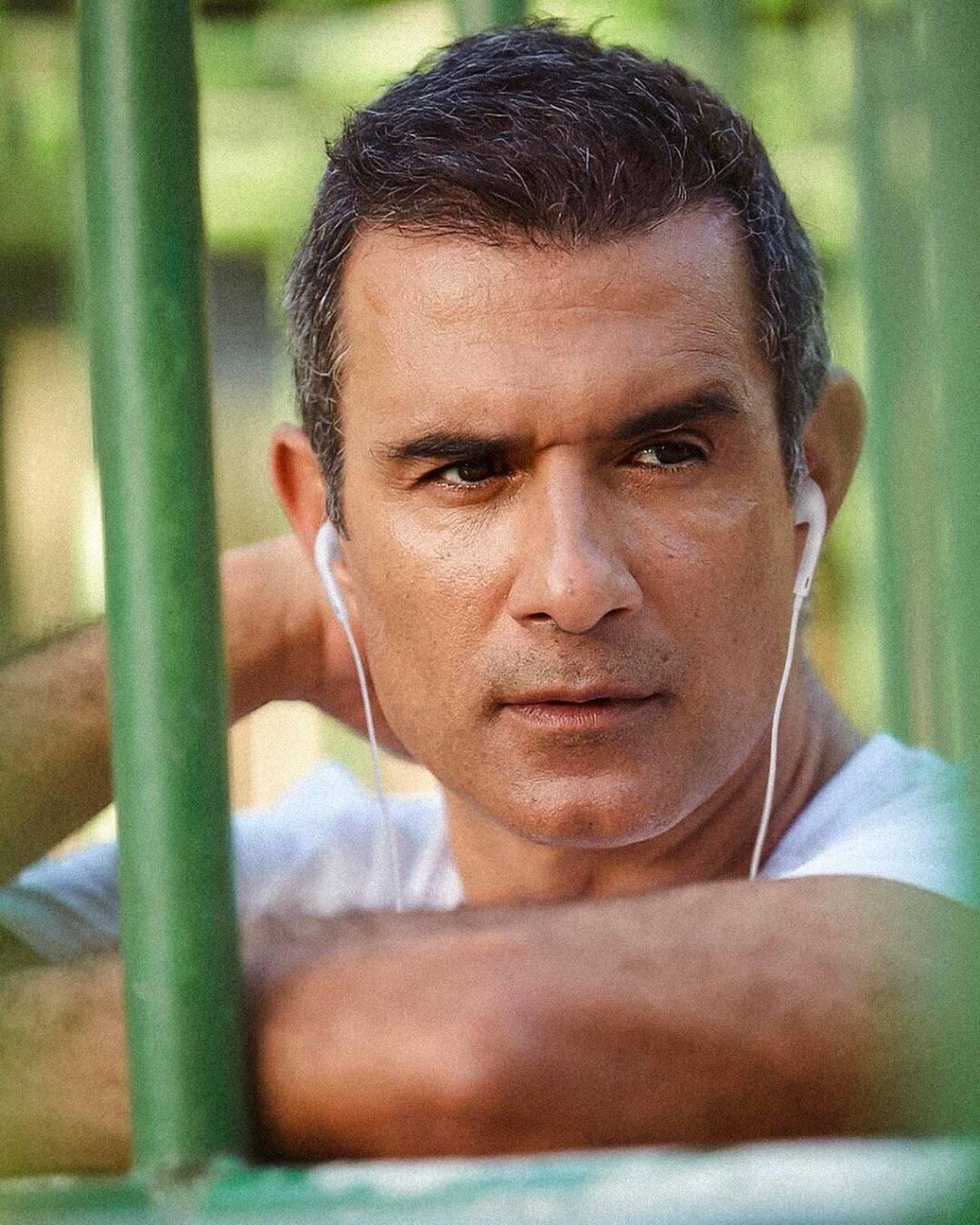 Marcos Pasquim se incomodava com as entradas que tinha na cabeça e recorreu ao transplante capilar. (Foto: Instagram)