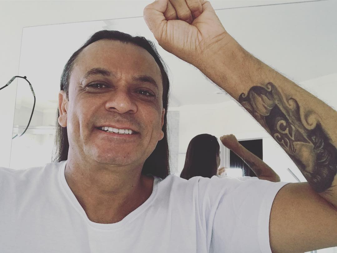 Frank Aguiar fez uma promessa de não cortar o cabelo. Sem revelar os motivos, ao completar 30 anos de carreira, ele já tinha comprido o que prometeu. (Foto: Instagram)