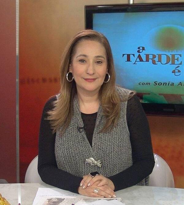 Durante o programa 'A Tarde é Sua', da Rede TV, Sonia Abrão relembrou que a loira tentou emplacar um antigo bordão com os peões. (Foto: RedeTV)