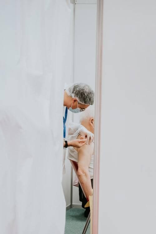 Em Belo Horizonte a terceira dose contra a Covid-19 começou a ser aplicada na quarta-feira (22), em idosos com 78 anos. (Foto: Unsplash)