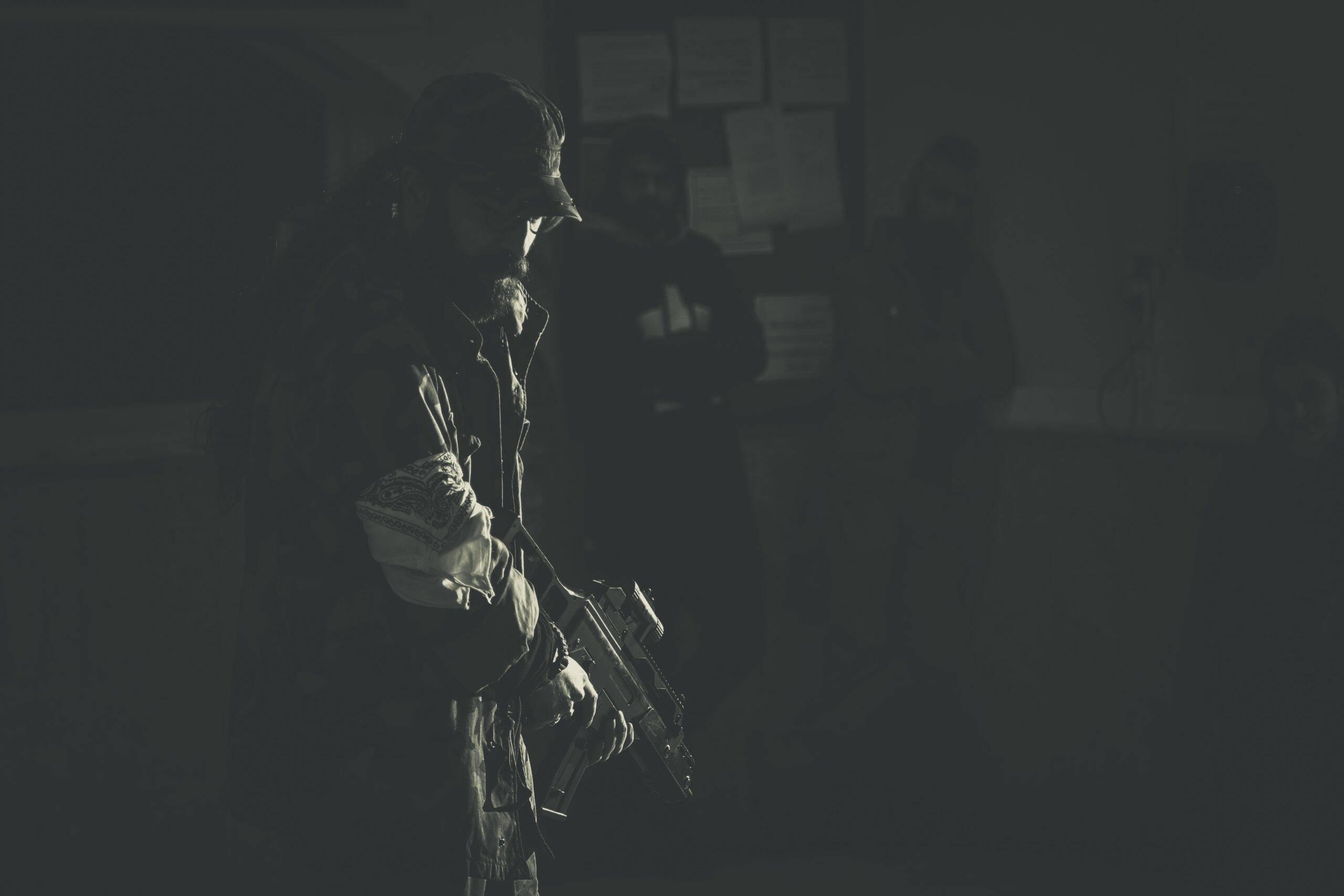 Dias depois, eles voltaram a atacar outro local de ensino. Homens armados pertencentes ao Estado Islâmico da Província de Khorasan, invadiram à Universidade de Cabul. (Foto: Unsplash)