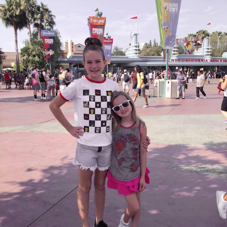 Pois é, embora em 2013 ela não estivesse nada empolgada com a ideia da Disney, parece que hoje ela ama tanto quanto sua irmã. (Foto: Facebook)