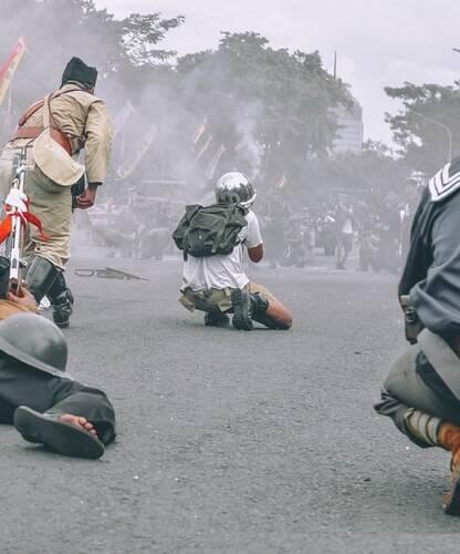 Em um confronto que durou quase cinco horas, eles fizeram mais de 20 estudantes de reféns. Ao final da tragédia, cerca de 32 pessoas acabaram mortas e 52 ficaram feridas. (Foto: Unsplash)