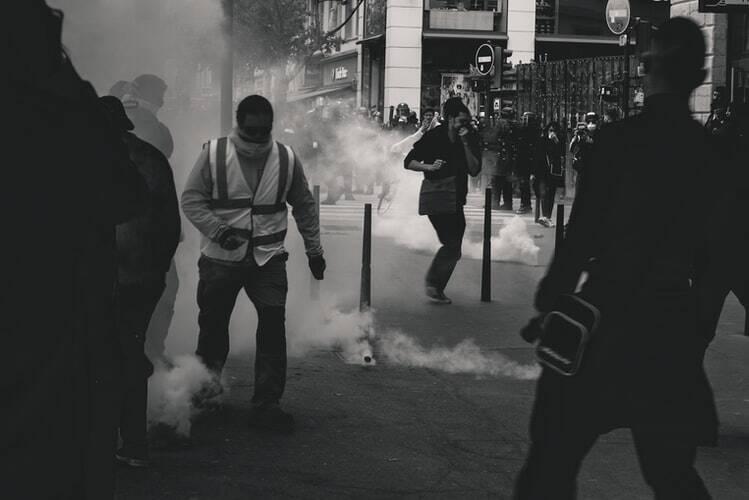 O ataque foi iniciado por um carro-bomba em frente à escola. Enquanto as pessoas corriam, mais duas bombas foram explodidas. (Foto: Unsplash)