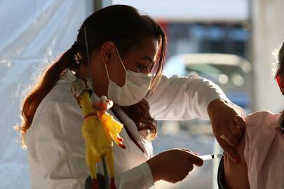 Segundo os dados, 384,54 milhões de pessoas tomaram a primeira dose do imunizante. (Foto: Agência Basil)
