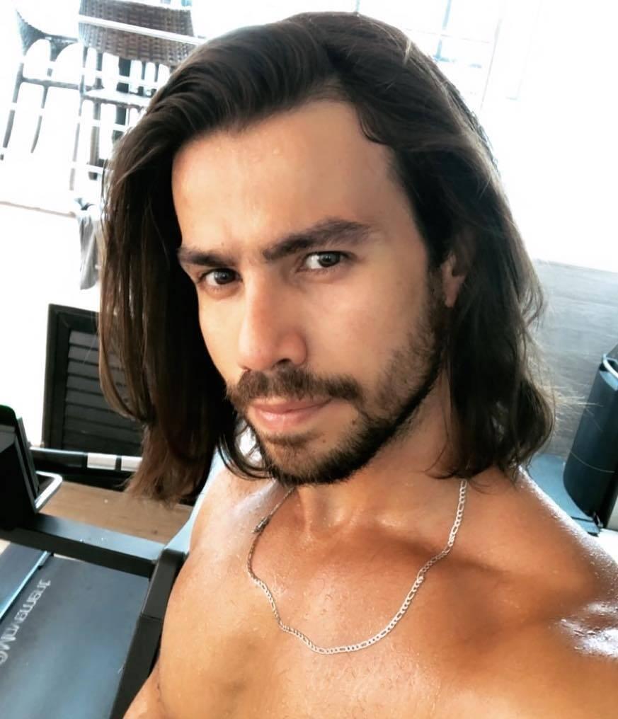 Mariano, da dupla com Munhoz, deixou de cortar o cabelo durante 16 anos, fazendo com que os longos fios marcassem sua imagem. (Foto: Instagram)