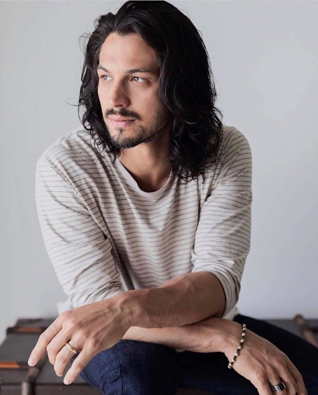 """O ator Romulo Estrela trabalhou na novela medieval """"Deus Salve o Rei"""". Para dar vida ao personagem Rei Afonso, o artista deixou os fios crescerem. (Foto: Instagram)"""