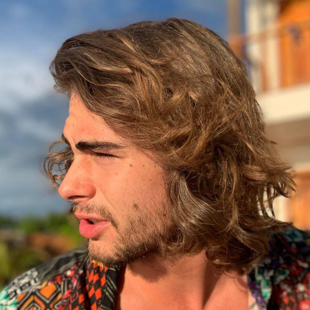 Rafa Vitti é um grande fã dos cabelos longos. Seja por seus personagens ou por seu gosto pessoal, o ator escolheu ter as madeixas compridas em diversas fases de sua vida. (Foto: Instagram)