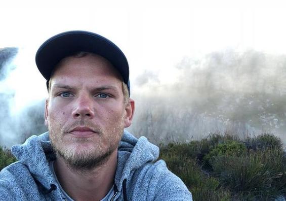 """Ao ingressar no MySpace, o jovem DJ Tim Bergling teve dificuldades ao escolher um nome de usuário e acabou optando por """"Avici"""", embora este seja o nome de um nível do umbral budista. Visto que este nome já era utilizado Avicii adicionou mais um """"i"""" ao seu nome de usuário (Foto: Instagram)"""