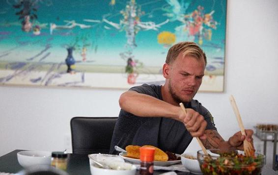 """Avicii produziu e colaborou com Chris Martin da banda Coldplay, co-escrevendo e co-produzindo a faixa """"A Sky Full of Stars"""" do sexto álbum de estúdio da banda intitulado """"Ghost Stories"""", lançado em 19 de maio de 2014. (Foto: Instagram)"""