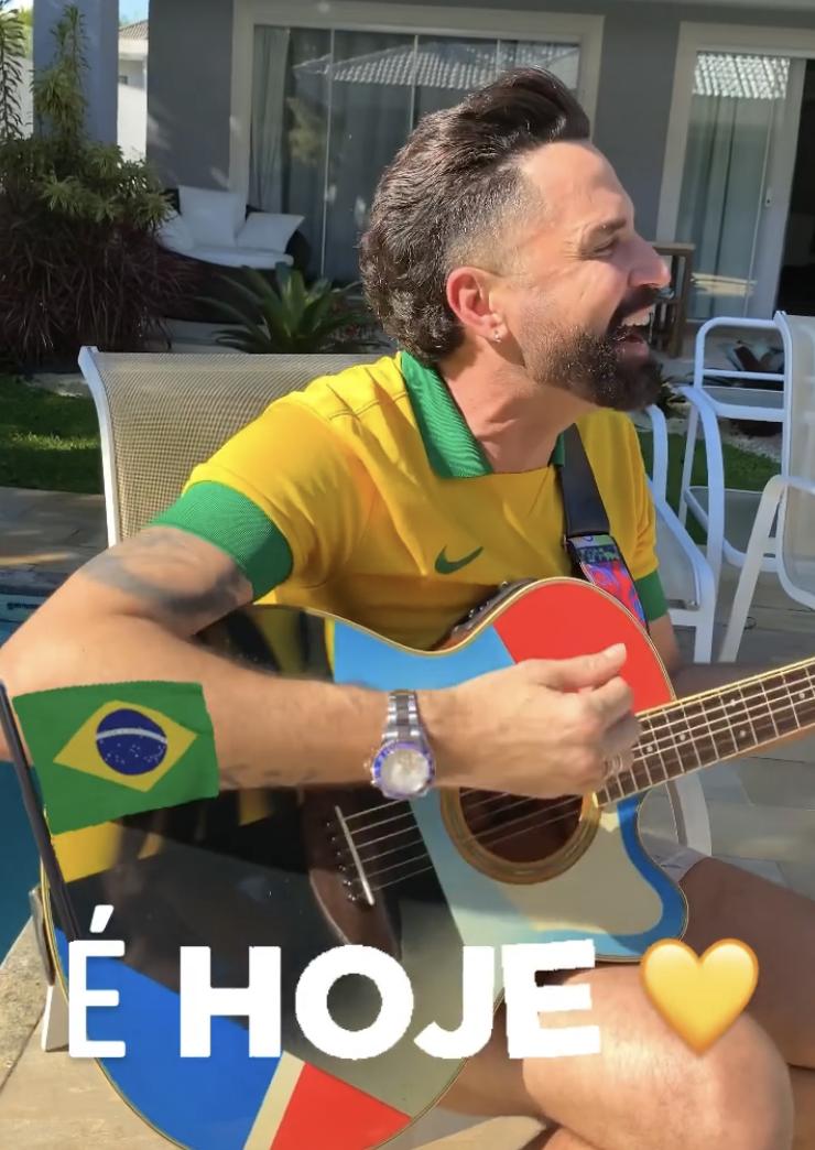 Usando uma camiseta com as cores da bandeira nacional, o cantor exibiu seu posicionamento através de uma paródia do seu single