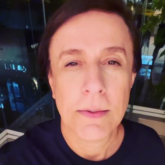 O humorista e apresentador recorreu ao transplante mais uma vez para reverter a queda dos fios. A técnica utilizada em Tom foi a FUE. (Foto: Instagram)