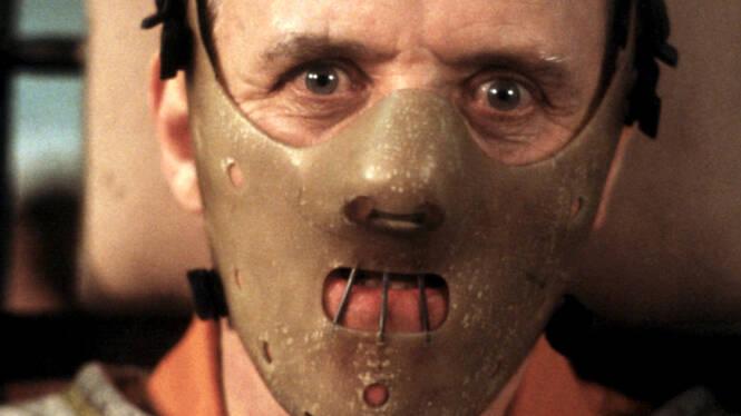 O Silêncio dos Inocentes - Uma jovem e talentosa agente do FBI é aconselhada pelo Dr. Hannibal Lecter, um psiquiatra brilhante e também um psicopata violento e canibal, a fim de conseguir capturar outro assassino. (Foto: Divulgação)