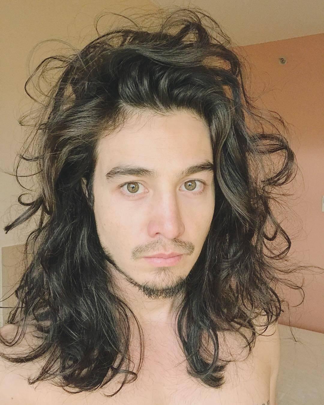 Além de popularizar o estilo, Tiago também foi inspiração para que outros homens adotassem os cabelos longos. (Foto: Instagram)