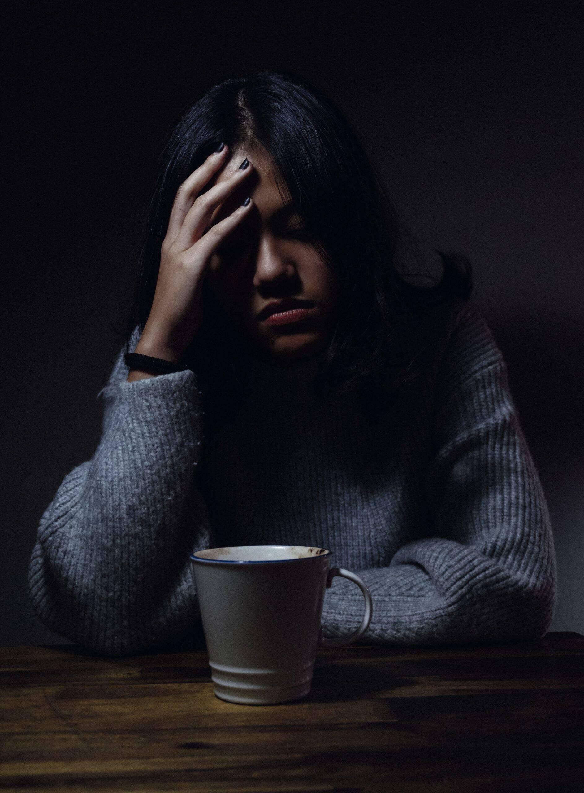 Os principais sintomas identificados até o momento são febres, dores de cabeça, dores musculares e dor de garganta. Além de sonolência, alterações da consciência. (Foto: Unsplash)