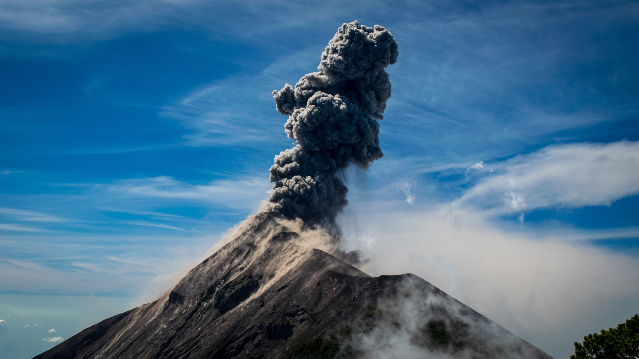 No último domingo (19), por volta das 11h15 no horário de Brasília o vulcão acabou entrando em erupção, lançando cinzas por todo parque nacional. (Foto: Unsplash)