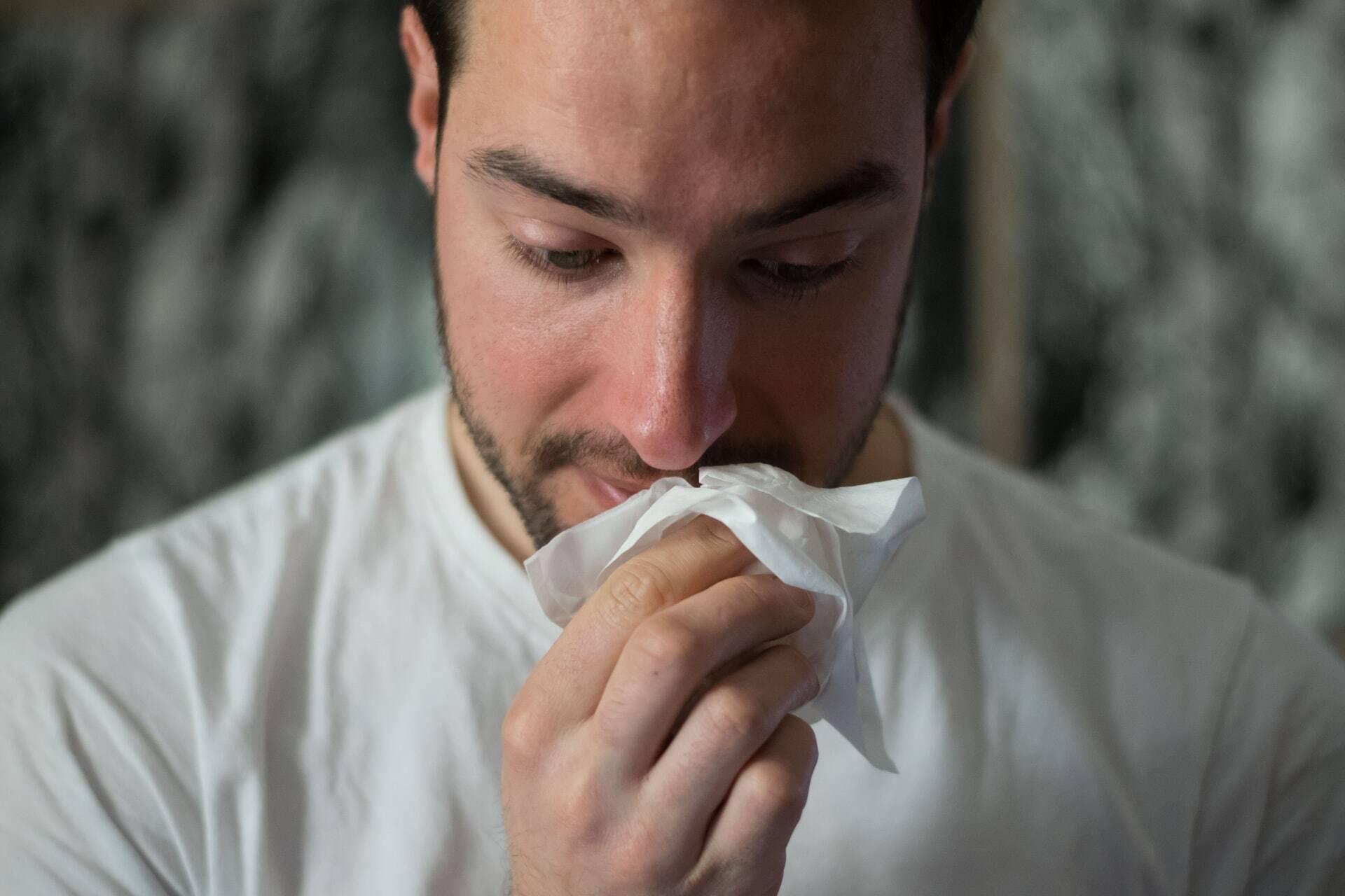 Os sintomas são muito semelhantes aos da gripe, mas em casos mais graves pode ocorrer sangramento na face, na boca e faringe. (Foto: Unsplash)