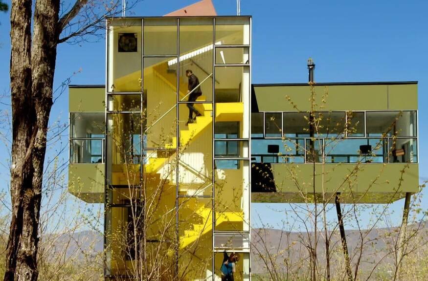 """""""As Casas Mais Extraordinárias do Mundo"""" - O arquiteto Piers Taylor e a atriz Caroline Quentin apresentam casas extraordinárias por dentro e por fora. (Foto: Divulgação)"""