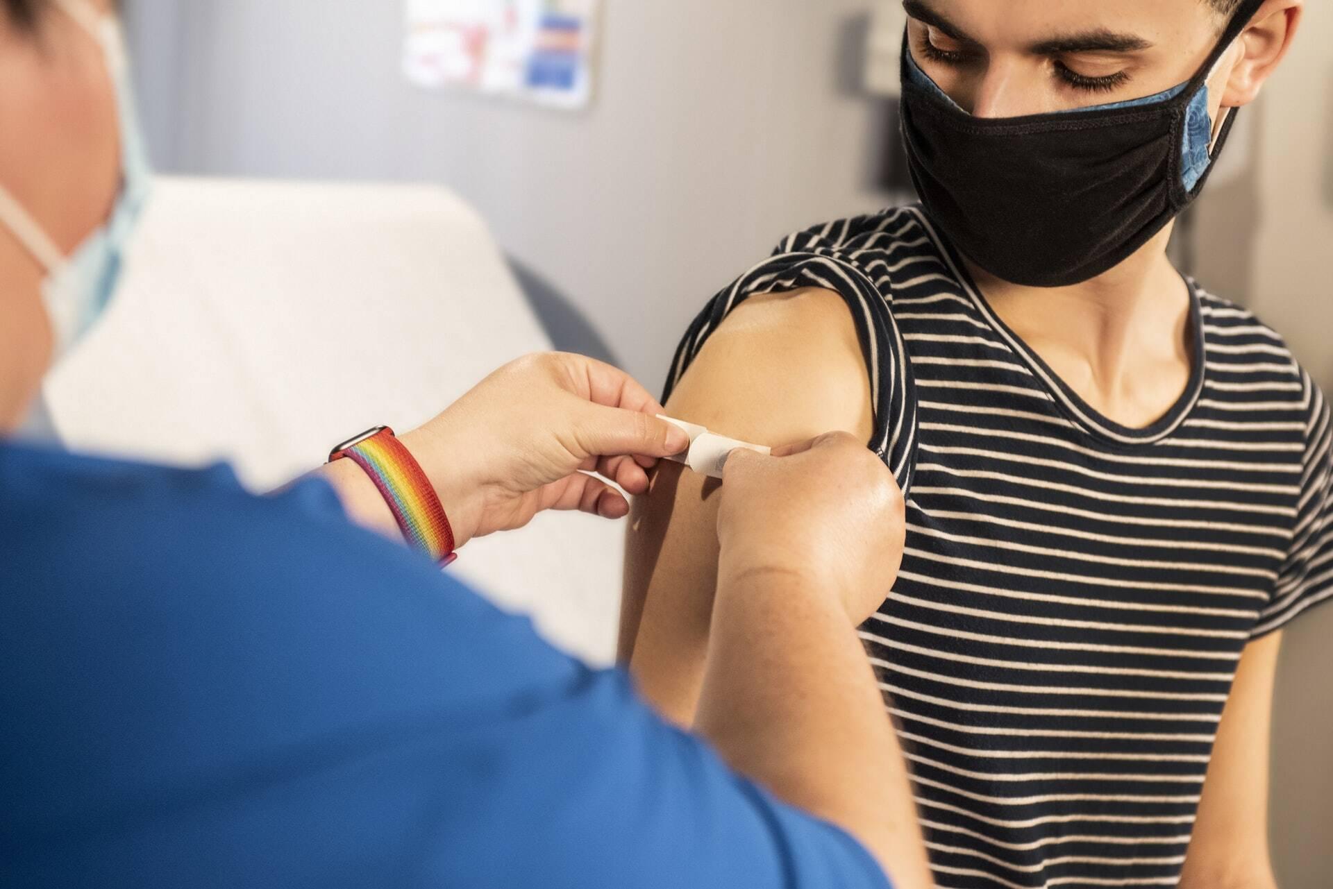 A partir desta terça-feira (28), pacientes em hemodiálise também poderão receber a dose de reforço da vacina. (Foto: Unsplash)