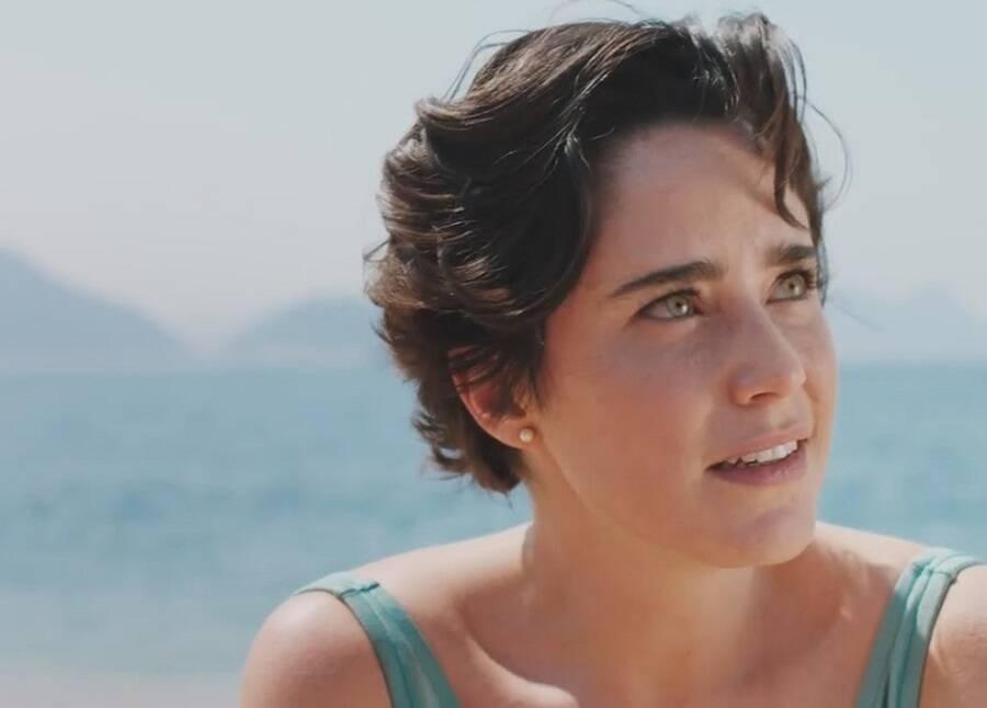 """A atriz faz parte do elenco da série """"Coisa Mais Linda"""", uma das produções brasileiras de maior sucesso da Netflix. Na trama, Fernanda Vasconcellos dá vida a aspirante a cantora Lígia. (Foto: Divulgação)"""