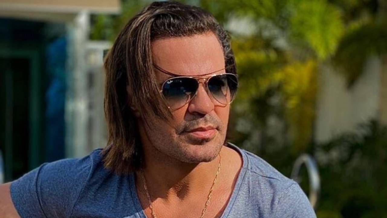 O sertanejo Eduardo Costa, que já declarou não ser fã de fios longos, surpreendeu o público ao aparecer com os cabelos compridos. (Foto: Instagram)