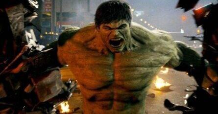 O Incrível Hulk - O cientista Bruce Banner se esconde no Brasil enquanto busca desesperadamente a cura da mutação que o transforma em um monstro incontrolável. Só assim ele poderá novamente levar uma vida normal e ficar ao lado da mulher que ama. Porém, durante este processo, ele precisa lutar contra o Abominável, um novo inimigo que quer capturá-lo. (Foto: Divulgação)