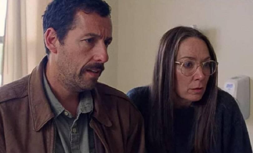 """Adam Sandler é famoso na comédia, mas já foi aclamado por sua atuação nos filmes """"Os Meyerowitz: Família Não Se Escolhe"""" e """"Uncut Gems"""". (Foto: Divulgação)"""