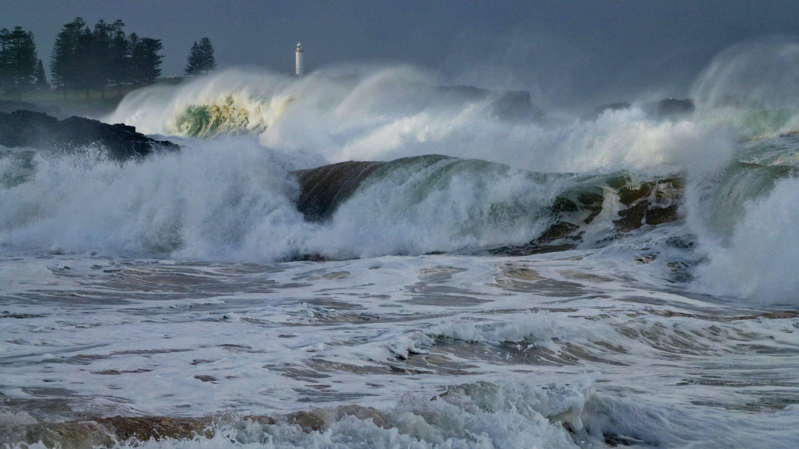 Os Tsunamis são grandes ondas que se formam no oceano e podem causar destruição total por onde passam. (Foto: Unsplash)