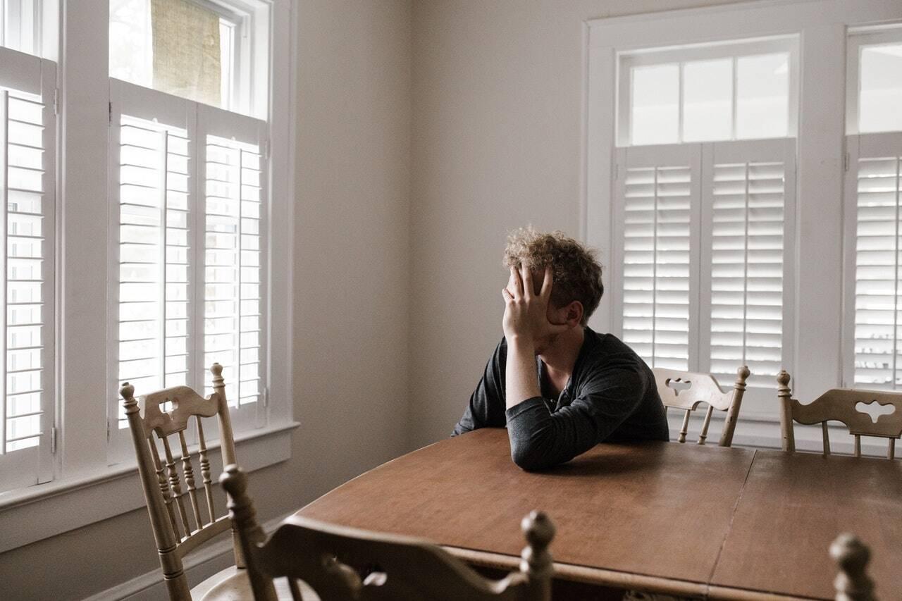 Já os adolescentes se sentem mais tediosos, solitários, dentre outros sintomas que dão abertura para que isso se agrave e venha a se tornar depressão. (Foto: Pexels)