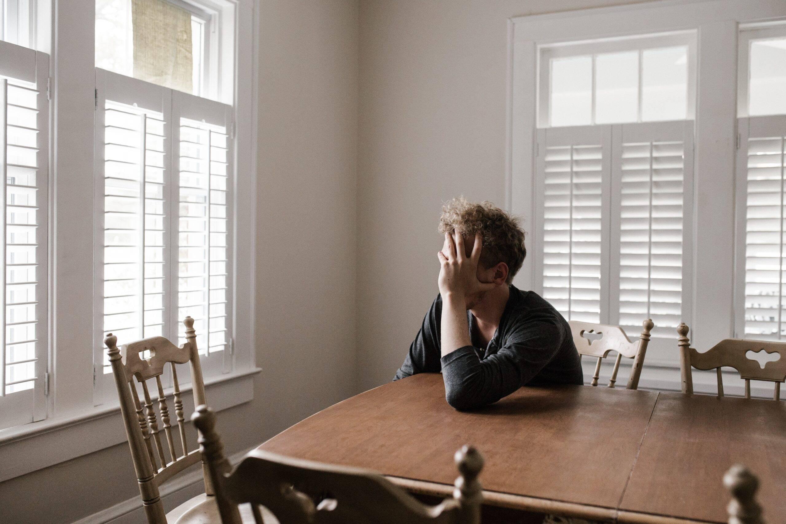 Estar dentro de casa, em isolamento social auxilia para que os sentimentos que causam a depressão, como a tristeza profunda e as incertezas, se intensifiquem ainda mais. (Foto: Pexels)