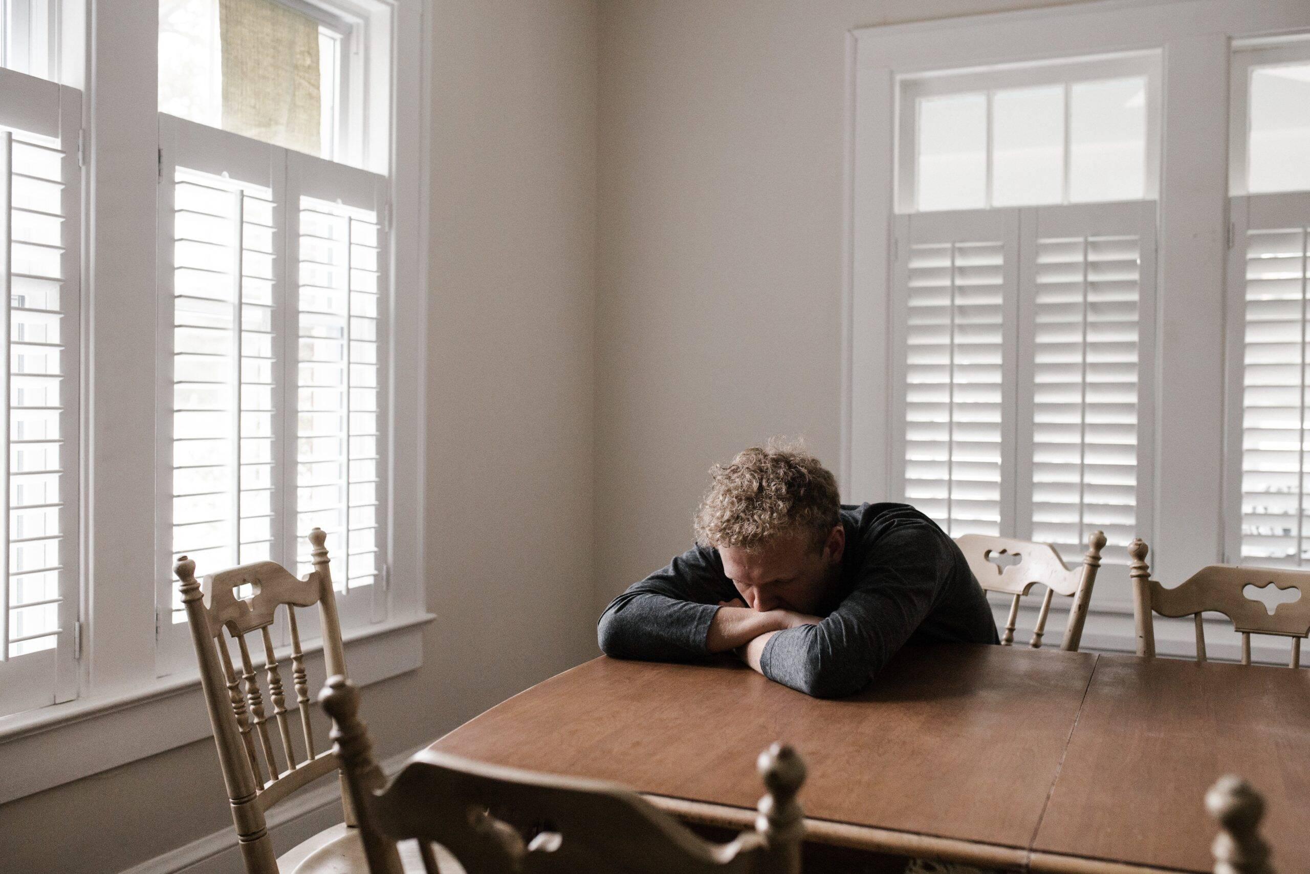 Os sinais de depressão podem vir de diversas maneiras, começando até mesmo por uma simples tristeza. (Foto: Pexels)