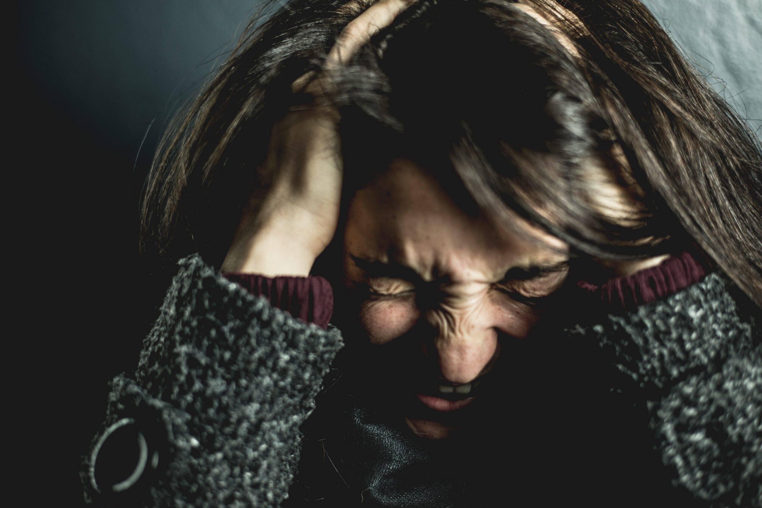 De acordo com o Nossa Saúde os sinais mais comuns do estresse excessivo podem começar com dor de cabeça e desordens do sono. (Foto: Pexels)