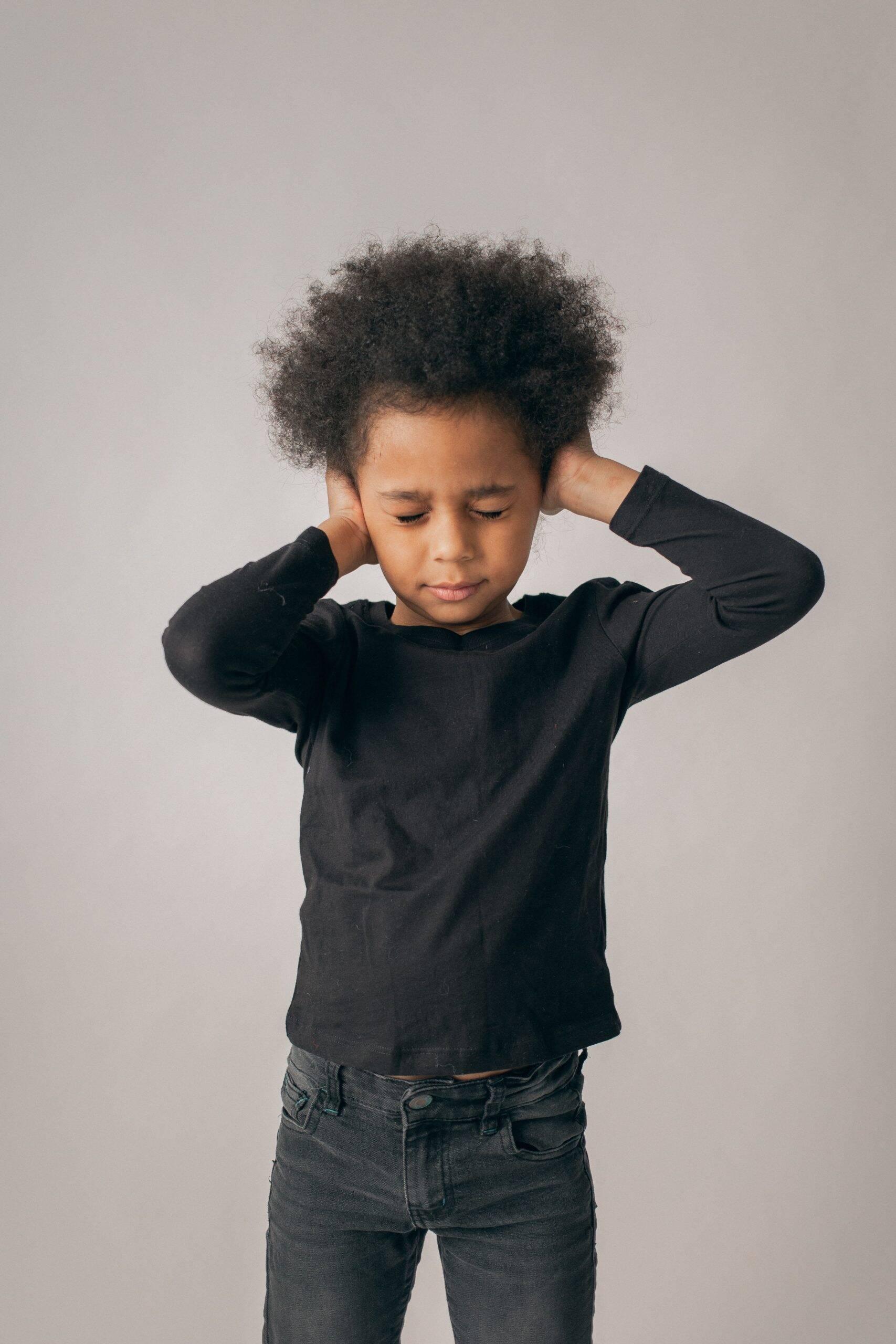 Para os pequenos é difícil compreender o que está acontecendo e porque as atividades estão restritas, além de ter que entender porque está ausente da escola. Isso colabora para que a depressão chegue. (Foto: Pexels)