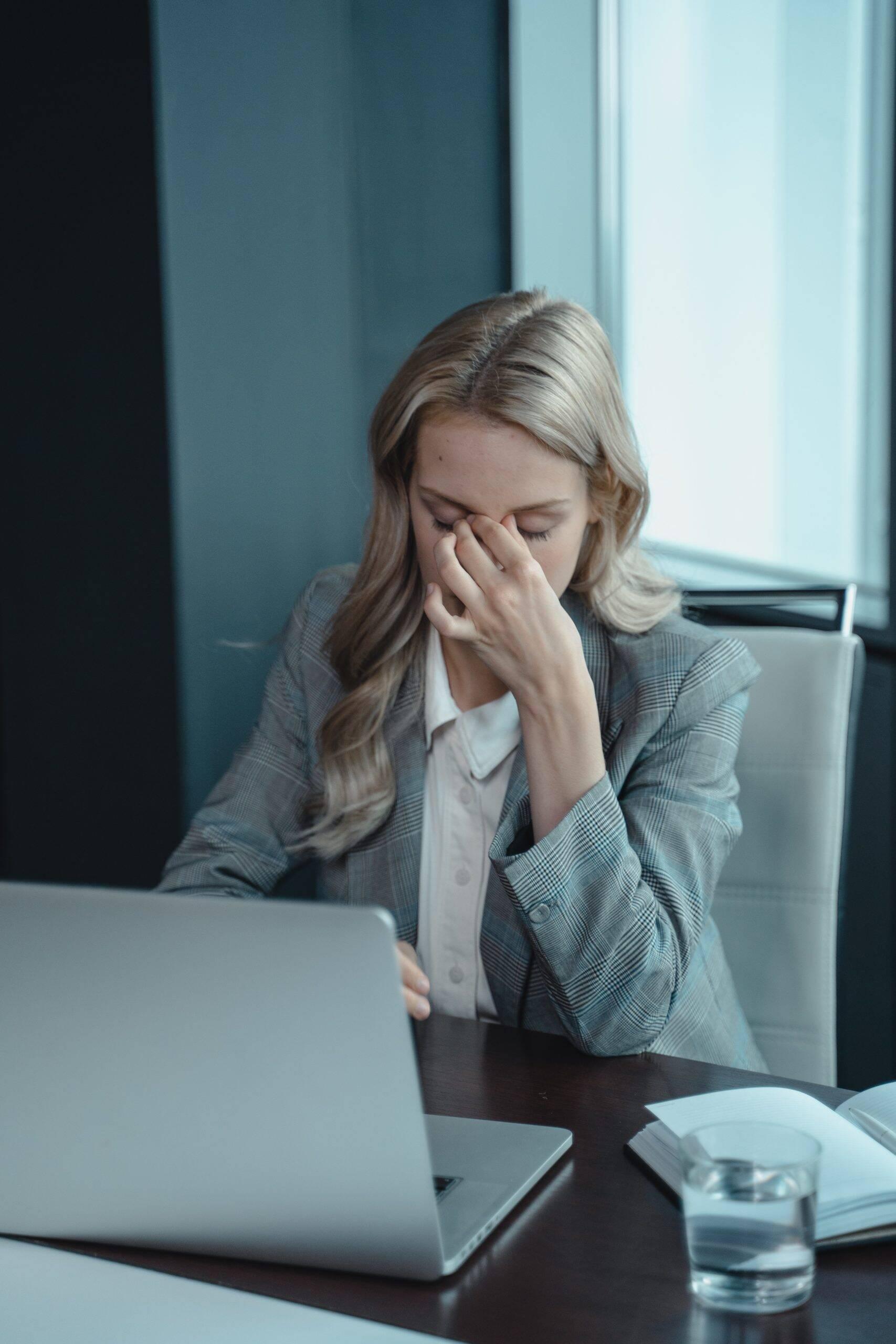 A insatisfação no trabalho e a moral baixo também podem ser sintomas do estresse. (Foto: Pexels)