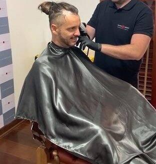 Tato, do grupo Falamansa, passou por uma cirurgia de retirada de tumor que o deixou com algumas cicatrizes. Com isso, o cantor que já tinha tendência à calvície, acabou tendo o processo de perda de cabelo acelerado. (Foto: Instagram)
