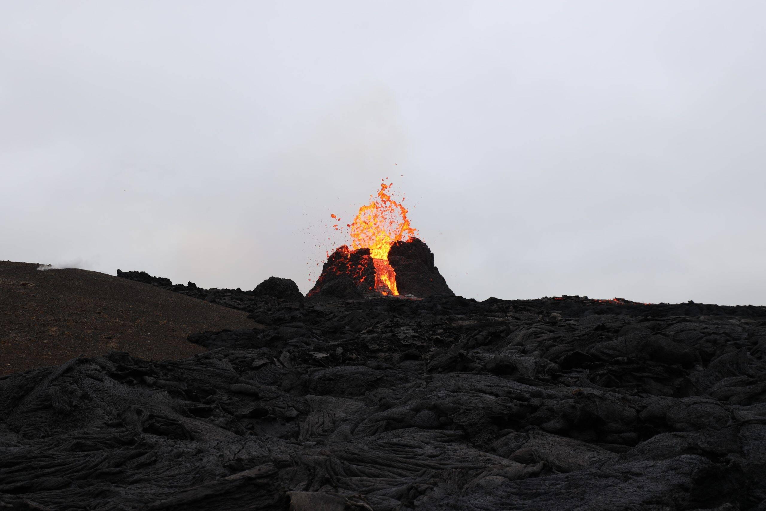 Com isso, na última quinta-feira (16), os especialistas emitiram um alerta amarelo de risco de erupção do vulcão. (Foto: Unsplash)