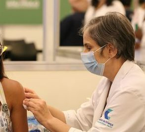 As pessoas imunossuprimidas que completaram a imunização até o dia 22 de agosto também já estão recebendo a vacina. (Foto: Agência Brasil)