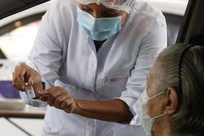 No último sábado (25), Fortaleza iniciou a aplicação da dose de reforço da vacina contra a Covid-19 em idosos acima de 70 anos. (Foto: Agência Brasil)