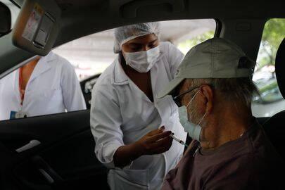 Salvador já iniciou a vacinação da terceira dose em idosos de 60 anos ou mais. (Foto: Agência Brasil)
