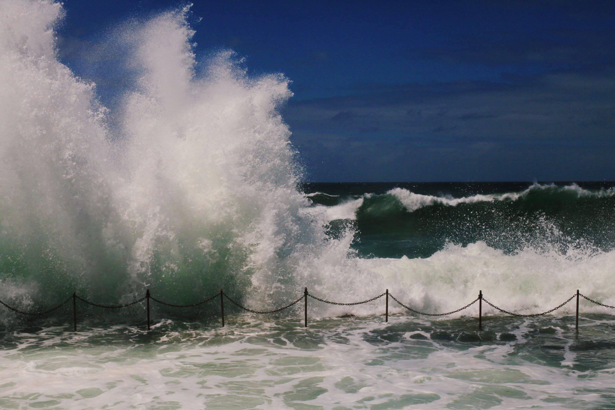 Segundo informações, as ondas de 30 metros atingiram a capital de Portugal, a Espanha e também Marrocos. (Foto: Unsplash)
