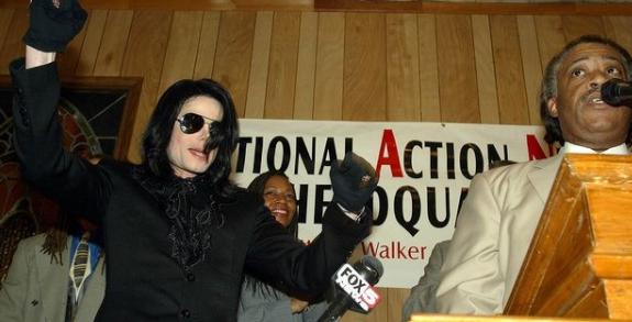 Por incrível que pareça, Michael Jackson tinha uma reunião marcada nas torres gemêas naquele dia. No entanto, ele perdeu por ter ficado até tarde conversando com sua mãe no telefone (Foto: Instagram)