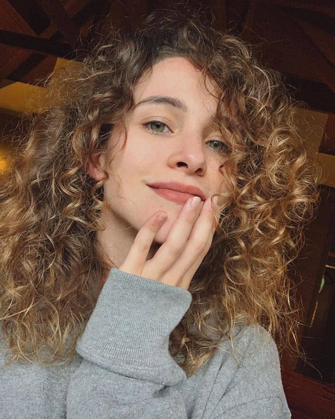 A artista afirma que as agências em que trabalhava exigiam que seu cabelo estivesse liso para realizar os jobs. (Foto: Instagram)