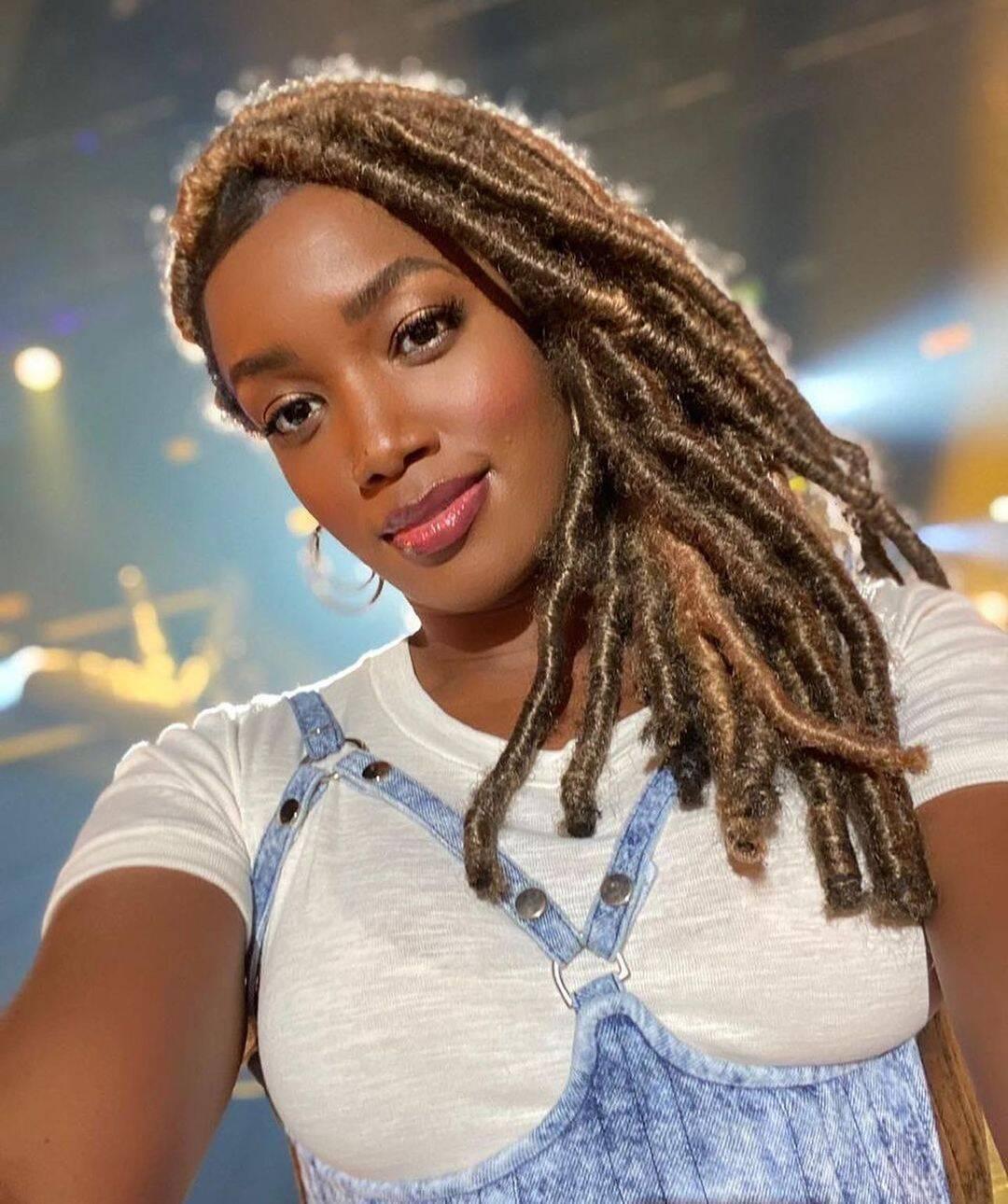 A cantora deu a notícia de seu retorno em suas redes sociais postando um clique com um look bem ousado. (Foto: Instagram)