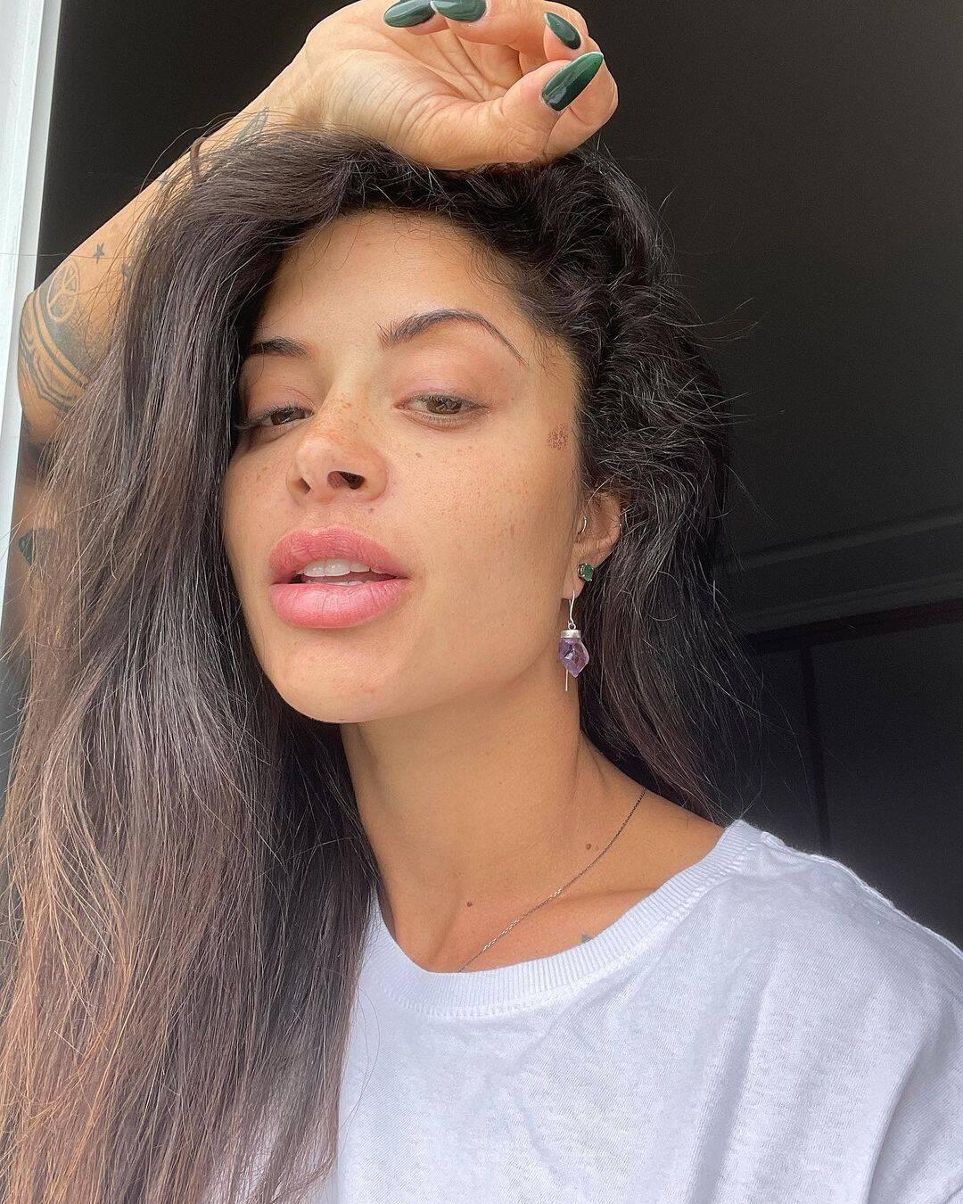 A modelo começou recentemente o processo de transição capilar e chegou a pedir ajuda aos seus seguidores. (Foto: Instagram)