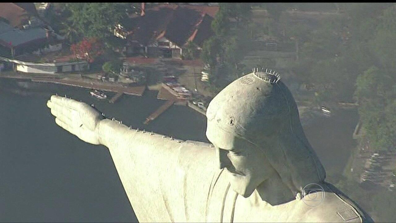 A cabeça e as mãos foram confeccionadas em gesso em Paris e vieram para o Brasil de navio. A cabeça foi embarcada em 50 partes numeradas, enquanto as mãos vieram em oito partes. (Foto: Globoplay)