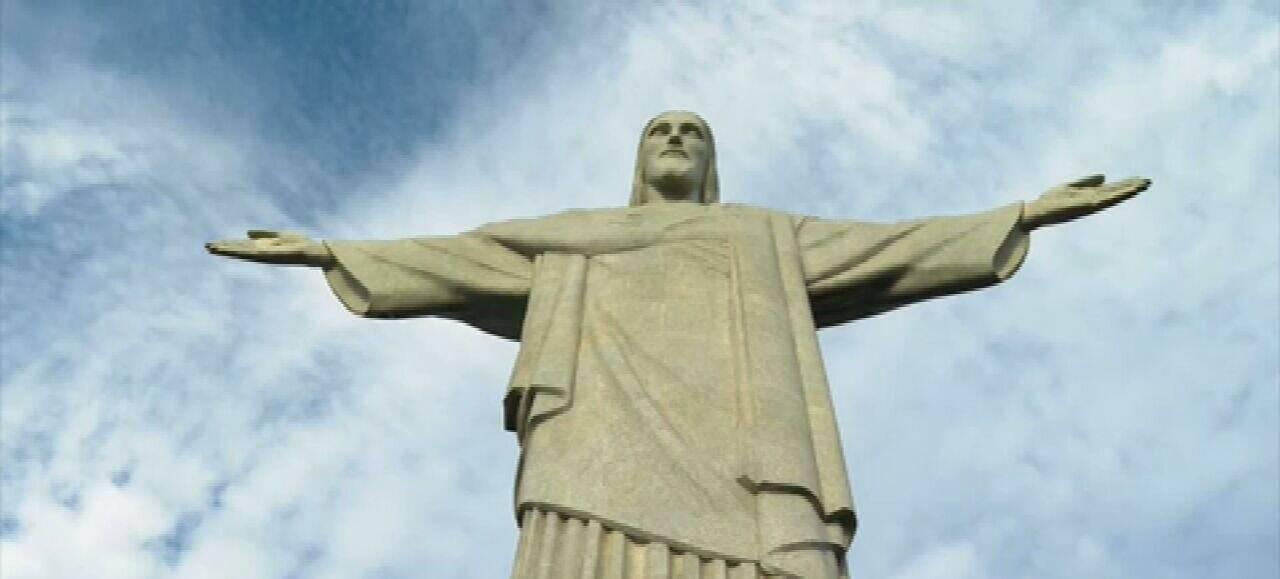 A estátua foi construída no Brasil, com doações, que passaram de 500 contos de réis, recolhidas entre a população. (Foto: Globoplay)