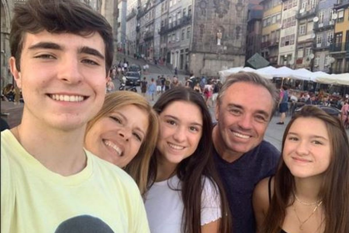 Marina Liberato, 17, deu um belo presente de Dia das Crianças aos fãs de seu pai, o saudoso apresentador Gugu Liberato. Ela publicou nessa última terça-feira (12), em suas redes sociais, uma foto antiga em que aparece ao lado de seus irmãos, Sofia e João Augusto, 17 e 19 anos, respectivamente. (Foto: Instagram)