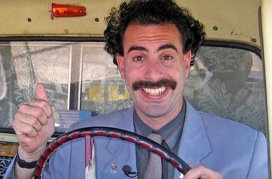 """""""Borat - O Segundo Melhor Repórter do Glorioso País Cazaquistão Viaja à América"""" - Borat Sagdiyev é um jornalista do Cazaquistão que viaja para os Estados Unidos para fazer um documentário. Durante sua jornada, ele expõe o preconceito e a hipocrisia existentes na cultura americana. (Foto: Divulgação)"""