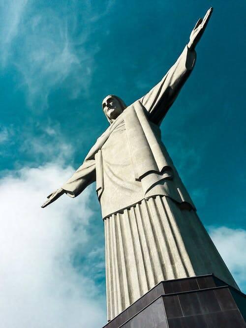 Nessa terça-feira (12), completam-se 90 anos que o monumento do Cristo Redentor, de braços abertos sobre a Baía de Guanabara, faz com que milhares de pessoas subam 710 metros acima do nível do mar só para ir visitá-lo. (Foto: Pexels)